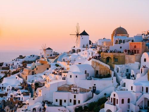 aeeec2a63c43 Ya sea su arquitectura de cristal blanco o las impresionantes vistas del  mar Egeo